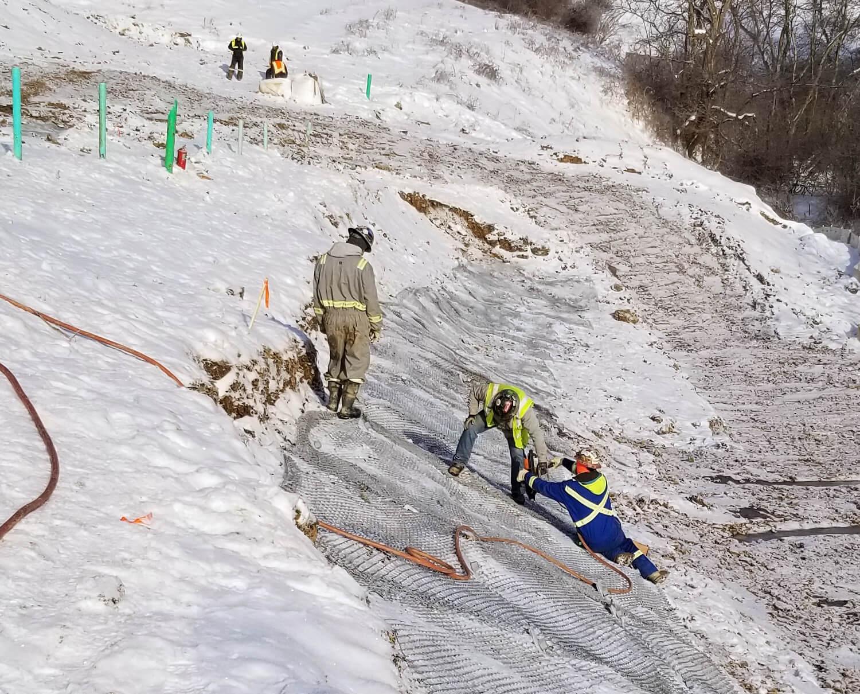 Pipeline anchored mesh